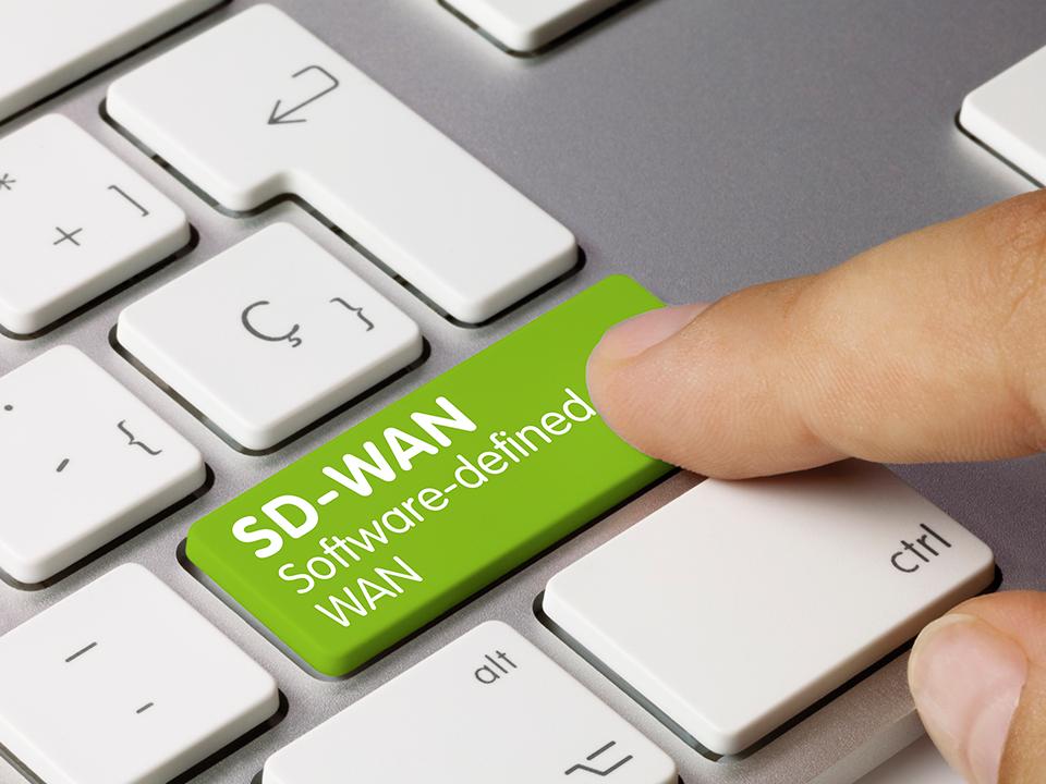 A SD-WAN é uma solução inovadora com capacidade para auxiliar cada vez mais empresas que precisam aumentar a produtividade e otimizar os resultados da rede corporativa. Resumidamente falando, a SD-WAN é um processo de virtualização de várias redes WAN em um único lugar.